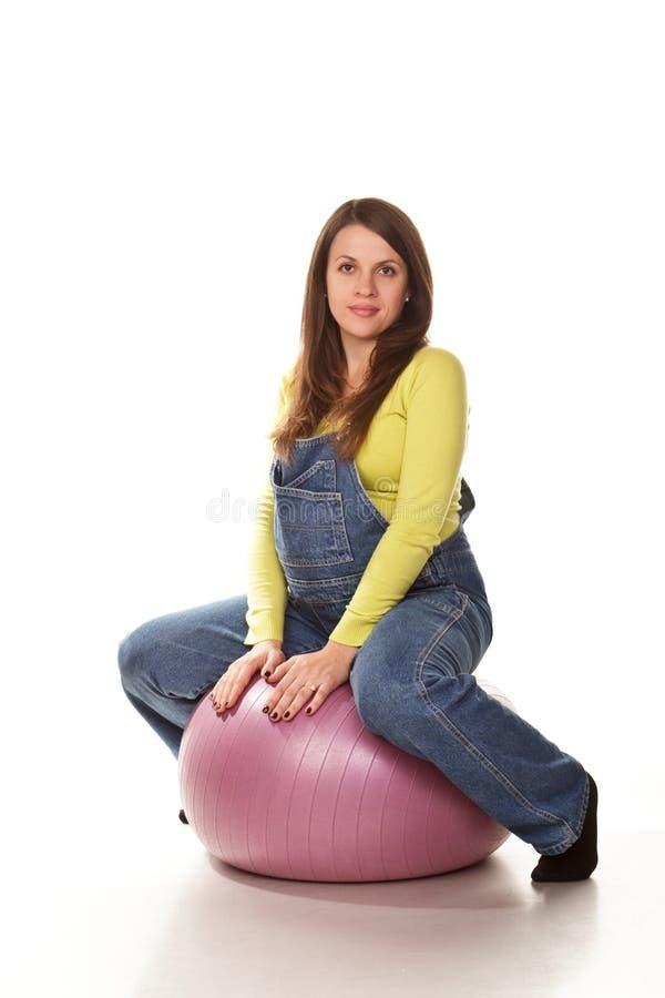 Gelukkige zwangere vrouw met fitball stock fotografie