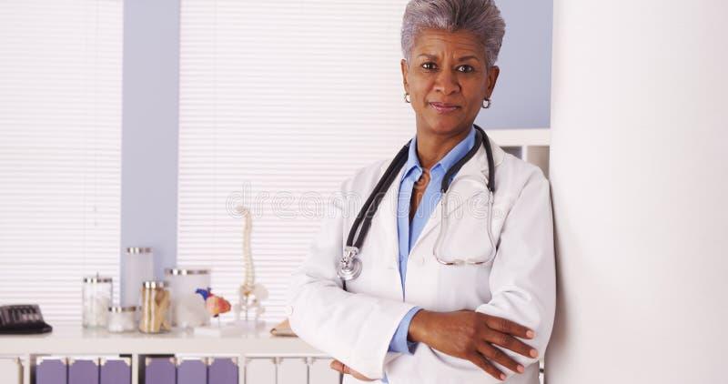 Gelukkige Zwarte Hogere arts die zich in bureau bevindt royalty-vrije stock fotografie