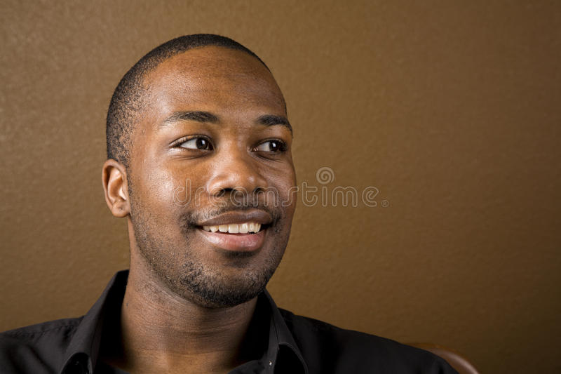 Gelukkige zwarte mens stock fotografie