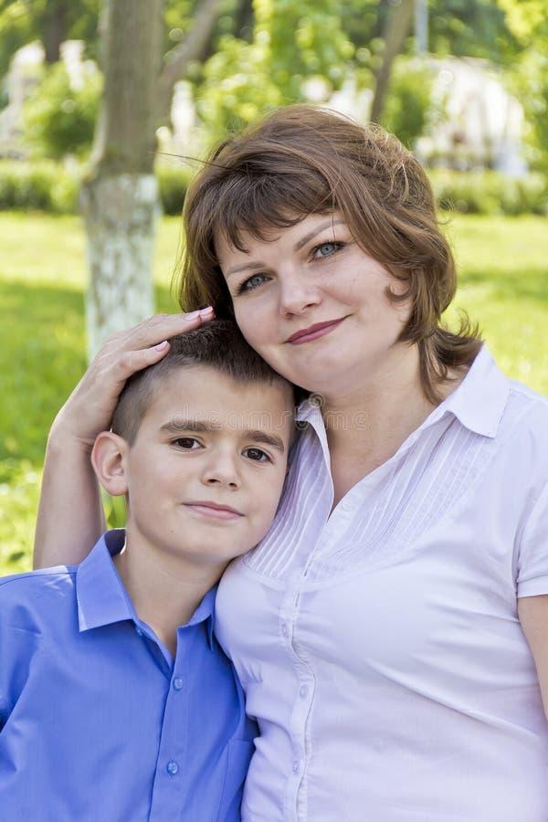 Gelukkigste oude moeder en zoon elf jaar stock foto's
