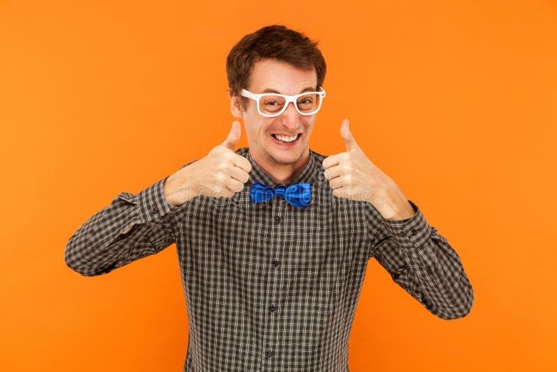 Gelukmens het toothy omhoog glimlachen, duimen Het tonen als teken stock afbeelding