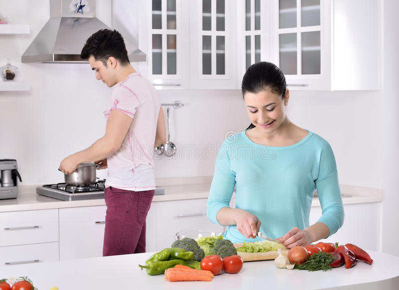 Gelukpaar in de keuken stock foto's