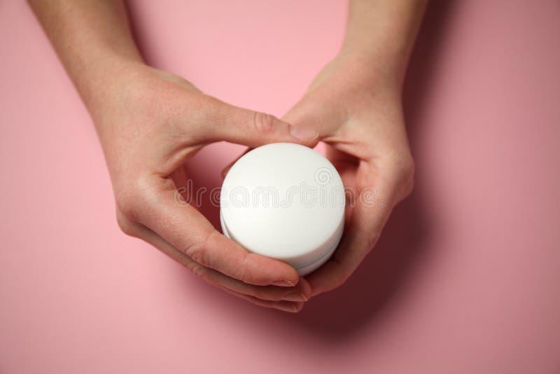 Gelure des mains dans le froid Irritation rouge sur la peau des mains Crème d'hydratation photos libres de droits