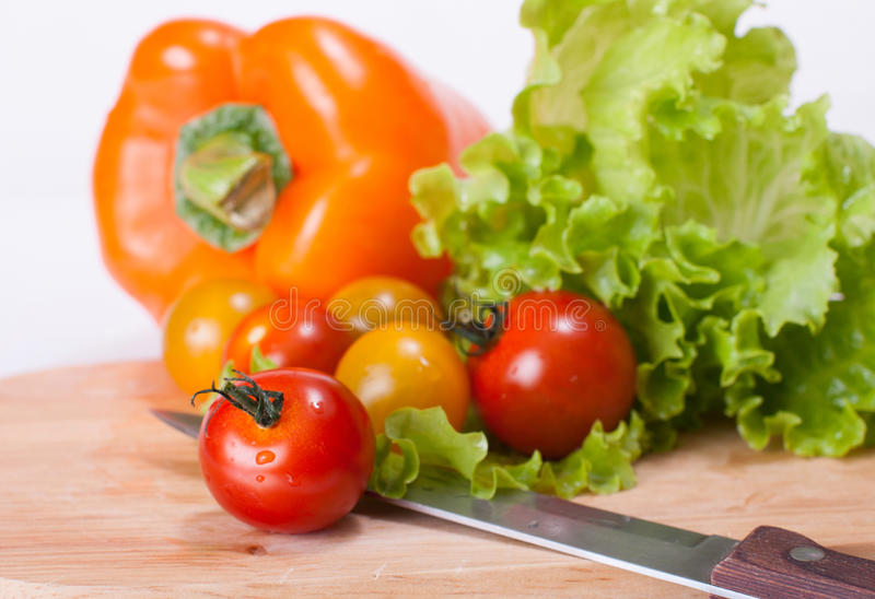 Gemüse auf dem hackenden Brett und dem Messer lizenzfreies stockfoto