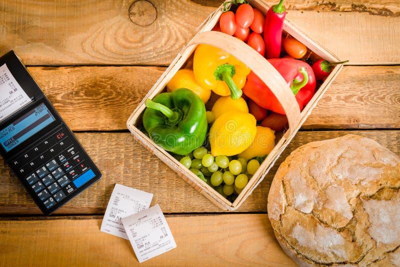 Gemüse auf dem Tisch mit einer Registrierkasse lizenzfreie stockfotos