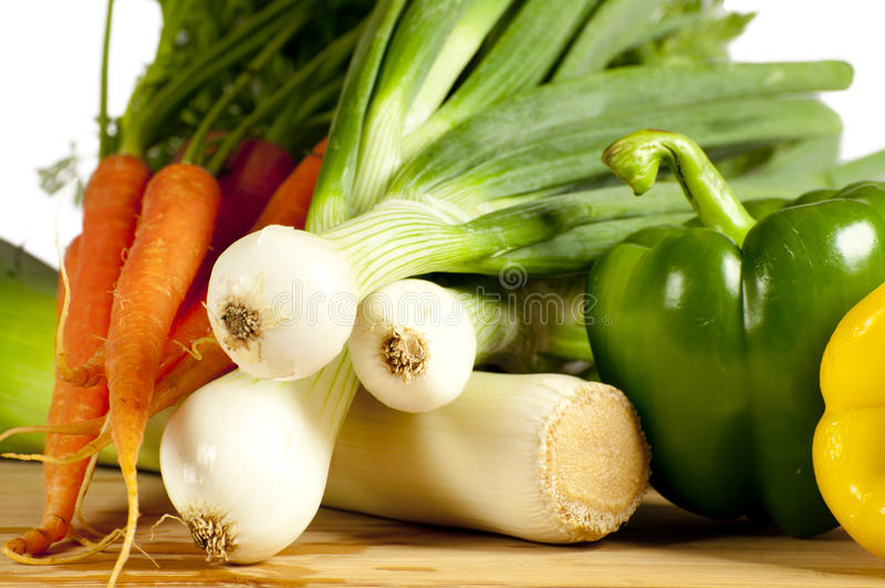 Gemüse auf einem Ausschnittvorstand stockfotografie