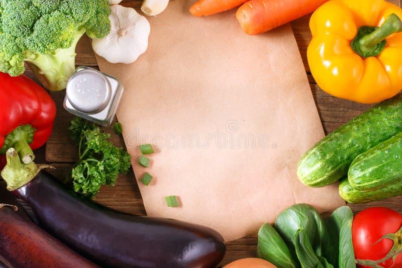 Gemüse auf hölzernem Hintergrund mit Raum für Text. lizenzfreie stockfotos