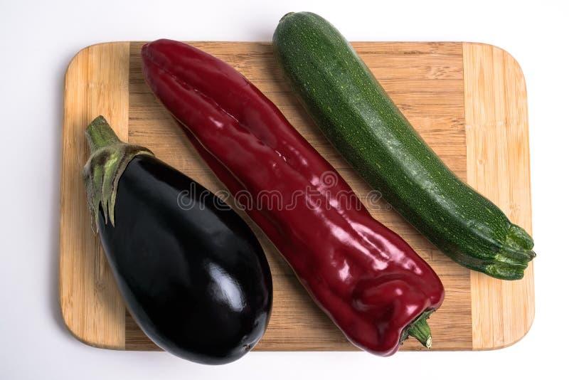 Gemüse auf Schneidebrett lizenzfreies stockfoto
