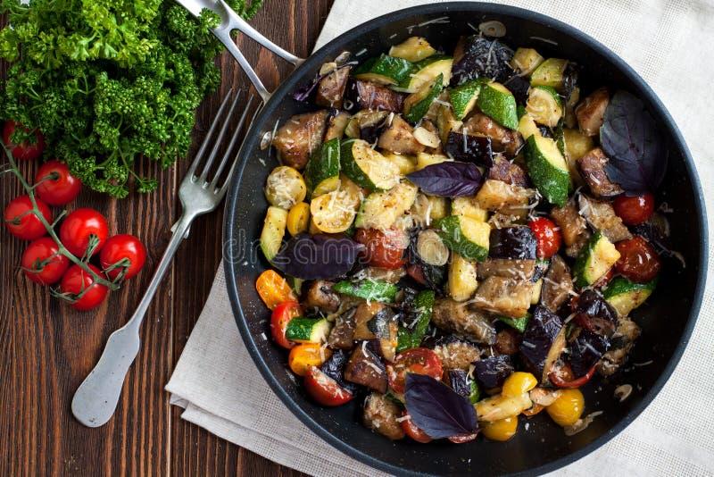 Gemüse backt von der Zucchini, Auberginen, Kirschtomaten lizenzfreie stockbilder
