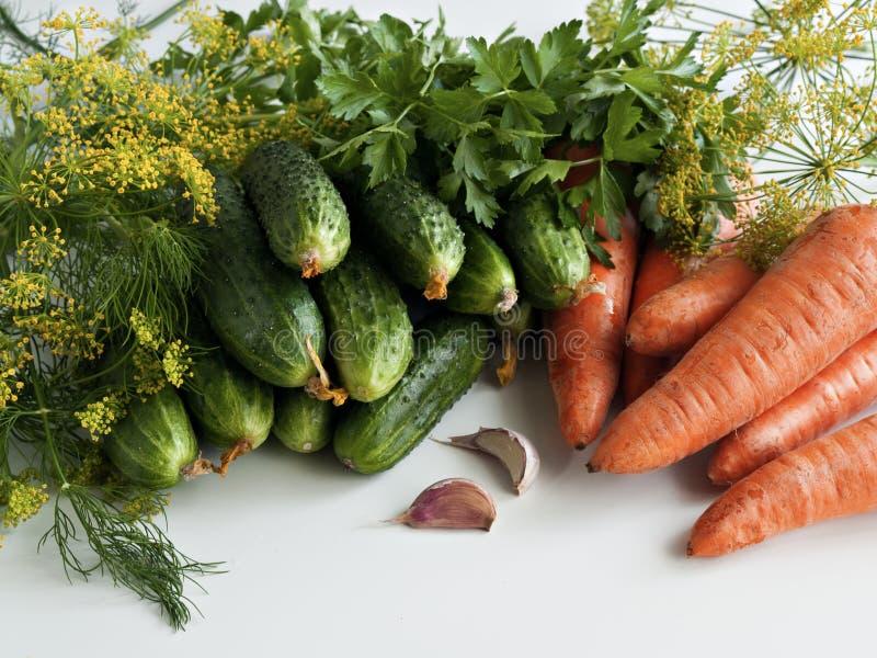 Gemüse der Sommerernte auf dem Tisch stockfoto