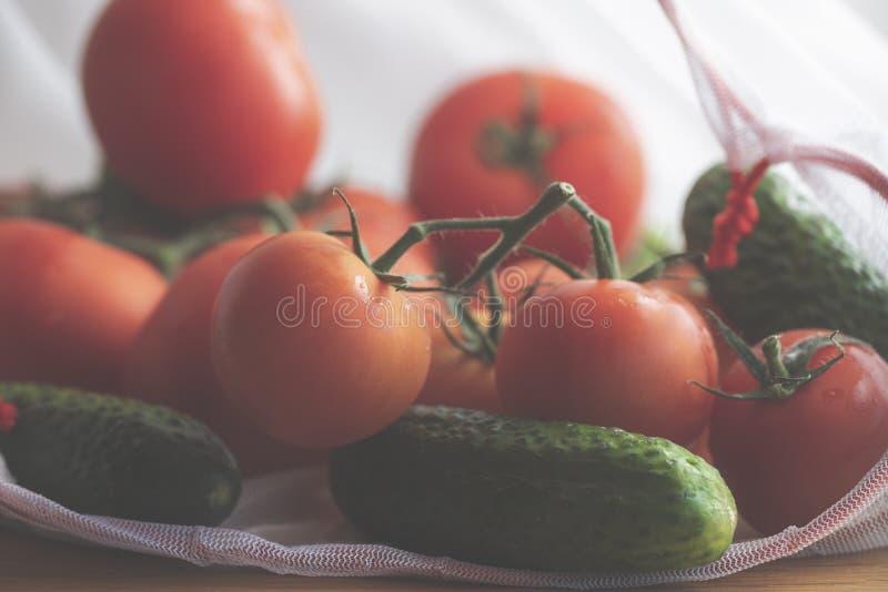 Gemüse in einer wiederverwendbaren eco Tasche Tomaten und Gurken stockfoto