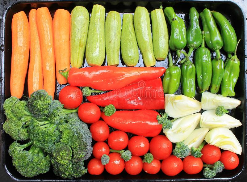 Gemüse für das Grillen auf einem Behälter lizenzfreies stockfoto