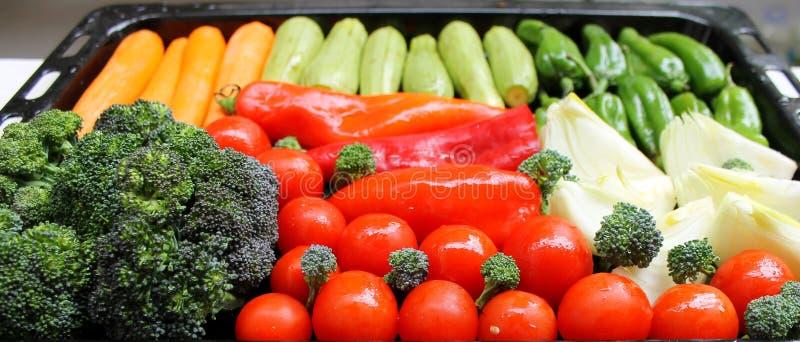 Gemüse für das Grillen auf einem Behälter lizenzfreie stockbilder
