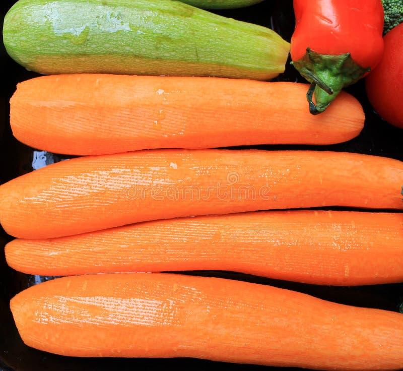 Gemüse für das Grillen auf einem Behälter stockfotografie