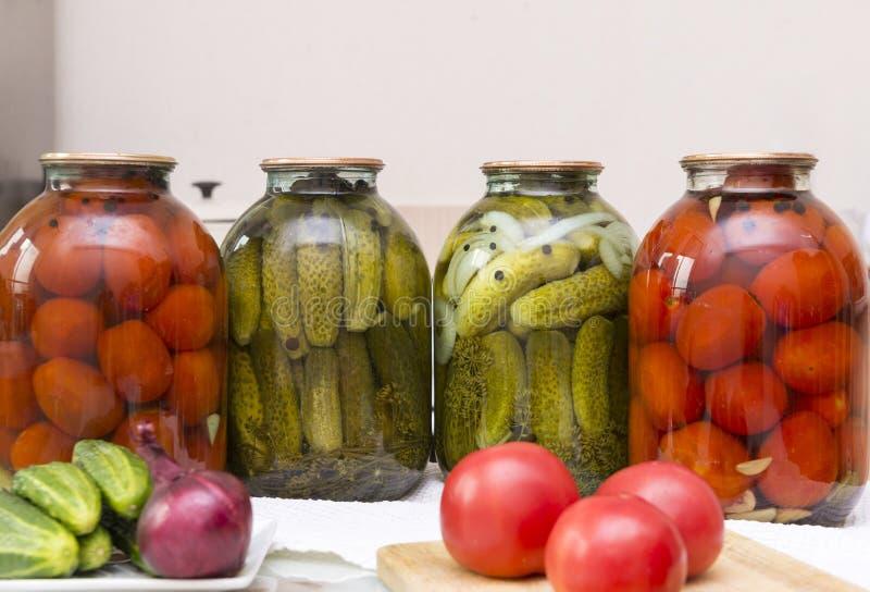 Gemüse, frisch, roh, Tomaten, Zwiebeln, Gurken auf dem Tisch stockbilder