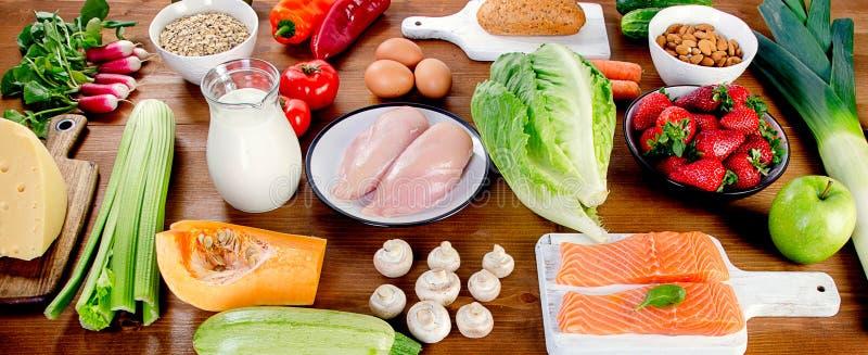 Gemüse, Frucht, Fische und Fleisch auf hölzernem Hintergrund ausgeglichen lizenzfreie stockbilder