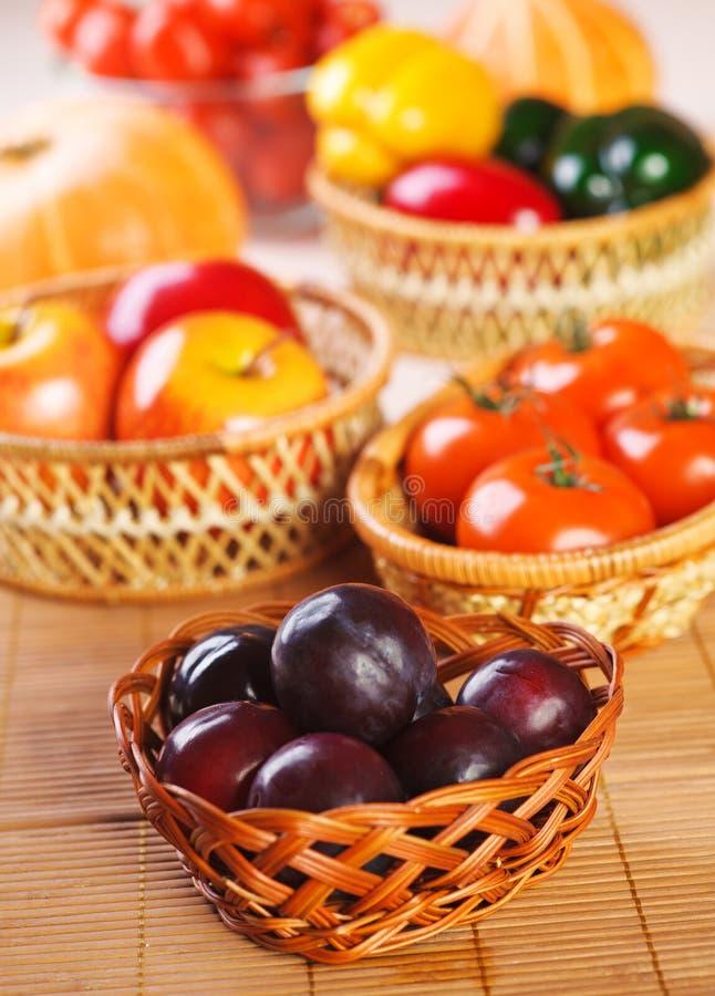 Gemüse, Fruchtpflaumen, Äpfel, lizenzfreies stockbild