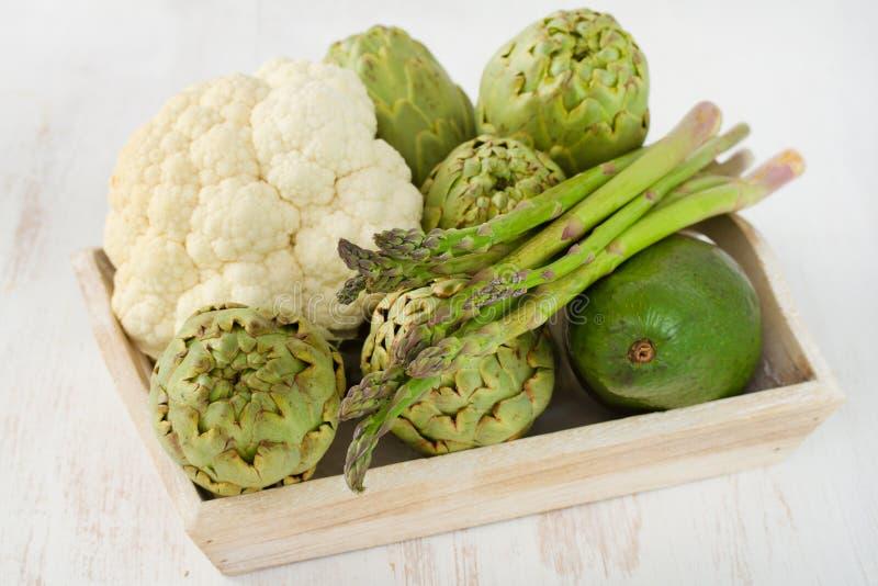 Gemüse im alten Kasten stockfotos