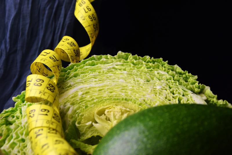 Gemüse: Kohl, Avocado, Spargel und messendes Meter stockfoto