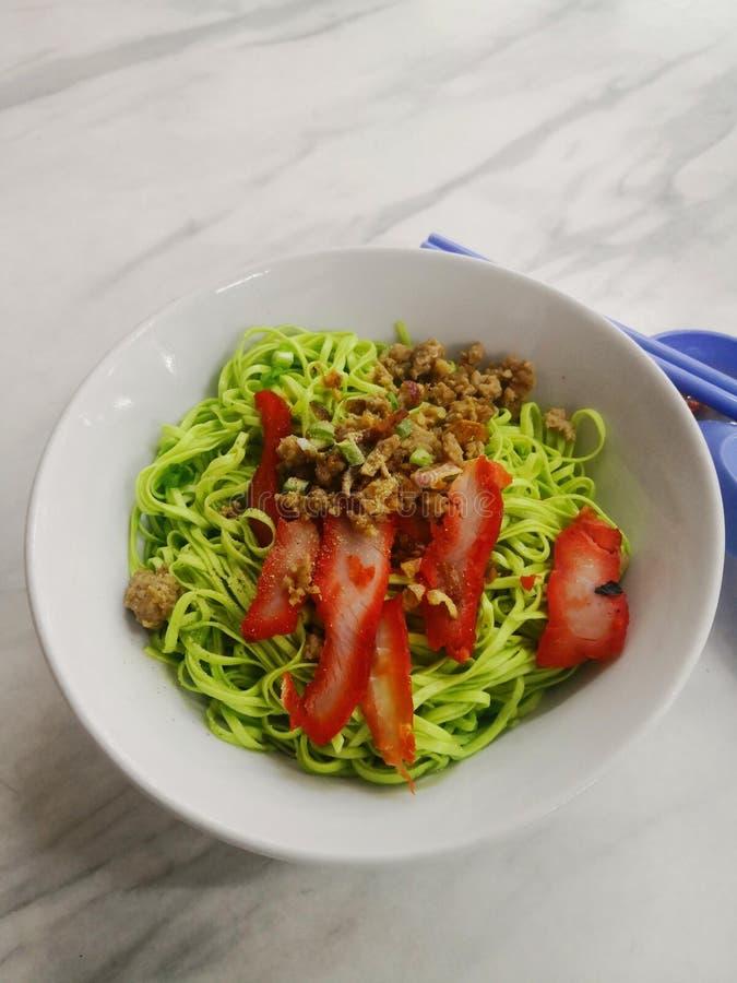 Gemüse-Kolok Nudel Hokkien mit rotem Schweinefleisch stockfotografie