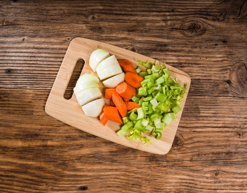 Gemüse-mirepoix auf einem Schneidebrett lizenzfreie stockfotografie