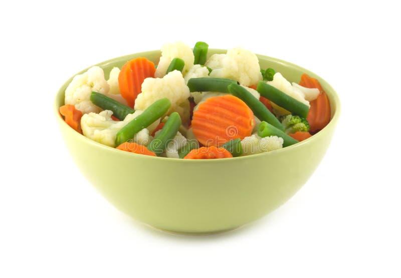 Gemüse in Schüssel lokalisierter Nahaufnahme stockfoto