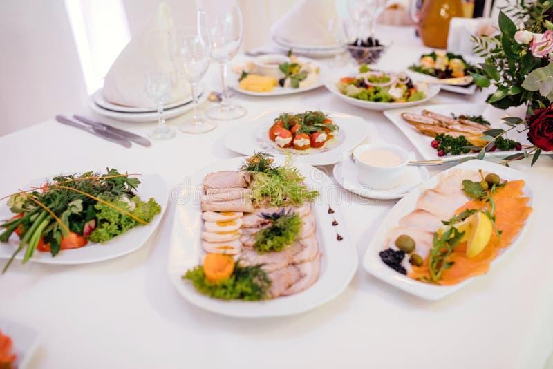 Gemüse und Aufschnittservierplatte auf dem Tisch stockbilder