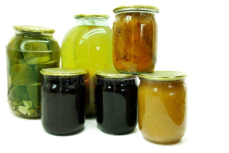 Gemüse und Dosenfrüchte in den Glasgefäßen lokalisiert auf Weiß lizenzfreie stockfotos