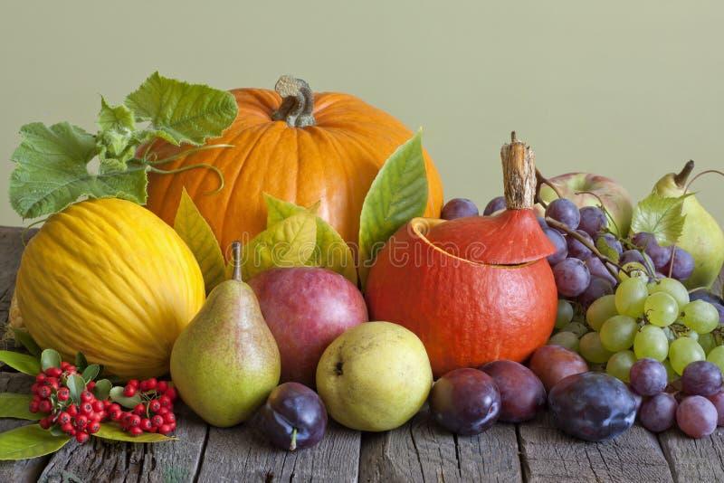 Gemüse und Früchte im Herbst stockfotografie