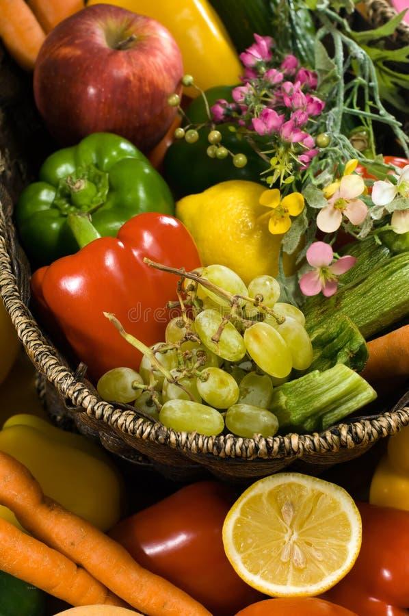 Gemüse- und Fruchtkorb lizenzfreies stockbild