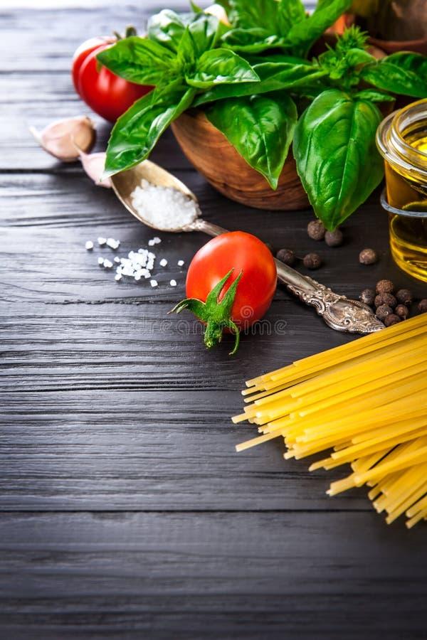 Gemüse und Gewürzbestandteil für das Kochen des italienischen Lebensmittels lizenzfreie stockfotografie