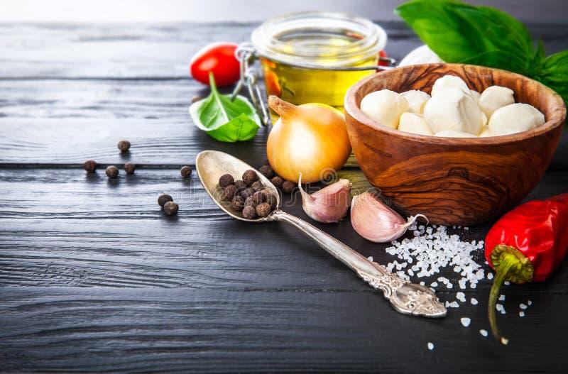 Gemüse und Gewürzbestandteil für das Kochen des italienischen Lebensmittels stockbild