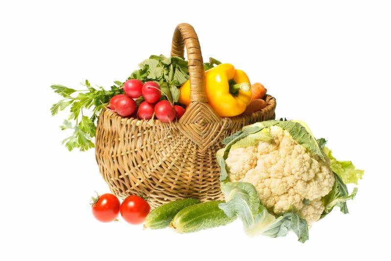 Gemüse und Korb stockfotos