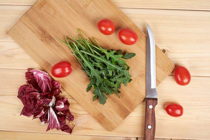 Gemüse und Salat stellten für einen gesunden diätetischen Lebensstil auf einem Schneidebrett ein stockfotografie