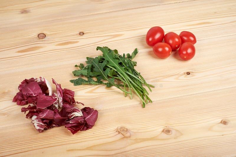 Gemüse und Salat stellten für einen gesunden diätetischen Lebensstil auf einem Schneidebrett ein lizenzfreie stockfotografie