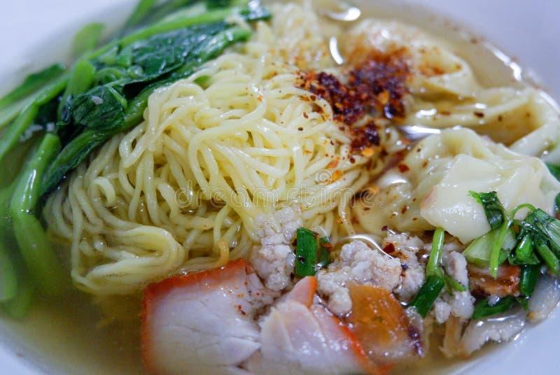 Gemüse- und Schweinefleischsuppe, asiatische Nudeln lizenzfreies stockfoto