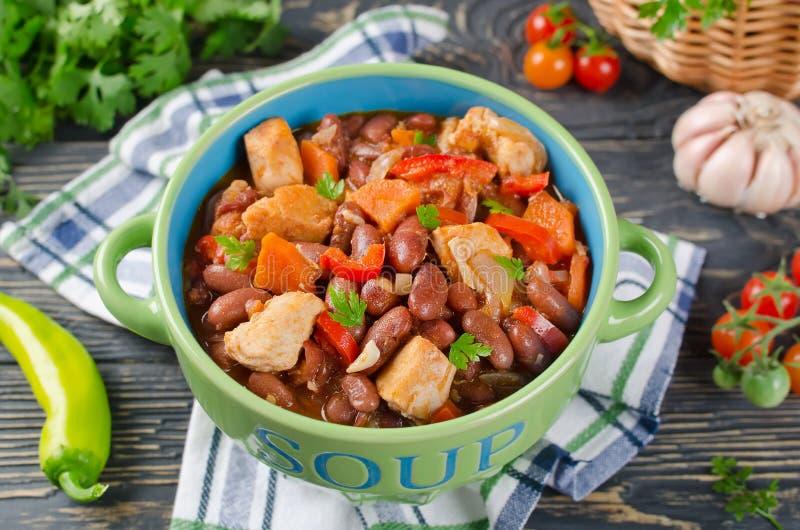 Gemüseeintopfgericht mit Huhn und Bohnen lizenzfreie stockbilder