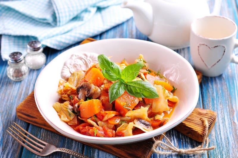 Gemüseeintopfgericht mit Kartoffeln, Kohl, Karotten, Pilzen und Zwiebeln lizenzfreie stockfotos