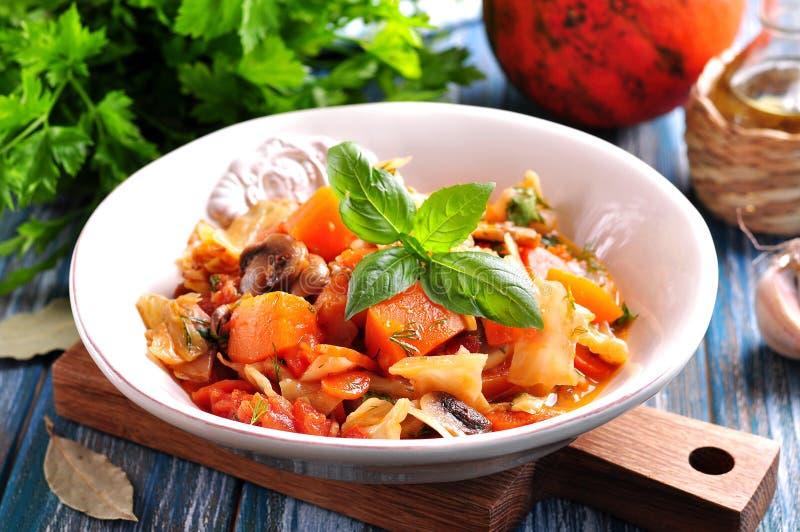 Gemüseeintopfgericht mit Kartoffeln, Kohl, Karotten, Pilzen und Zwiebeln lizenzfreies stockbild