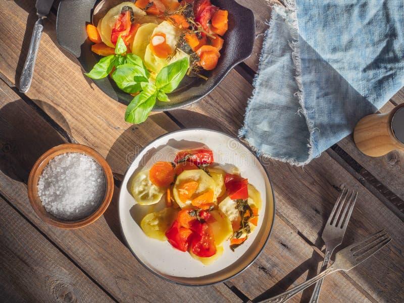 Gemüsefrühstück der Zucchini mit Karotten und Tomaten, verziert mit Basilikumblättern stockfotografie
