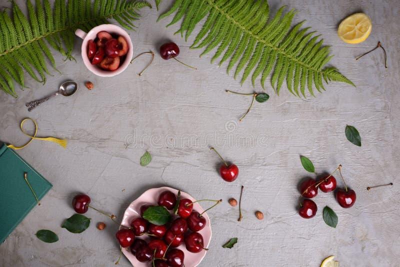 Gemüselebensmittelrahmen der gesunden Diät Frisches rohes, Brokkoli, Kartoffeln, Pfeffer und Kräuter auf buntem Hintergrund Kopie lizenzfreie stockfotografie