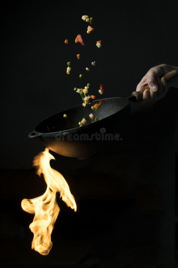 Gemüsemischungseintopfgericht auf einer heißen Bratpfanne lizenzfreie stockfotos