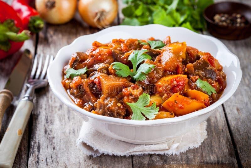 Gemüsepaprika, Aubergine und Tomate des Ragouts (Ratatouille) lizenzfreies stockfoto