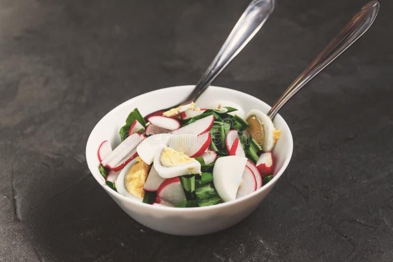 Gemüsesalat des strengen Vegetariers von ramson, Rettich, Frühlingszwiebeln und gekocht lizenzfreie stockfotografie