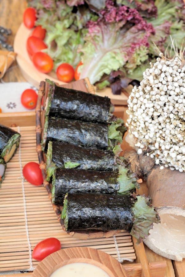 Gemüsesalat eingewickelt mit Meerespflanze in Frühlingsrollen stockfoto