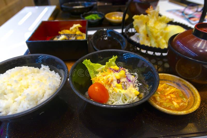 Gemüsesalat mit japanischem Feinschmecker-Satz lizenzfreie stockfotos