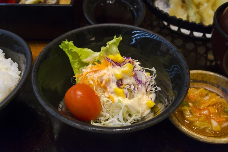 Gemüsesalat mit japanischem Feinschmecker-Satz stockbilder