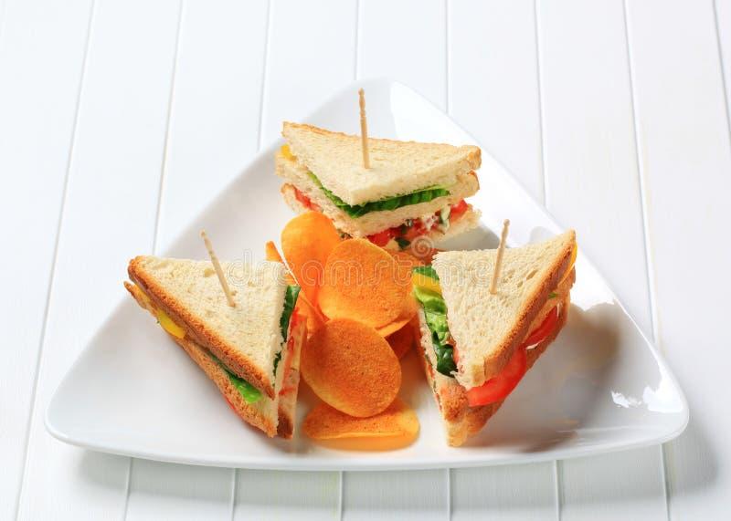 Gemüsesandwiche und Chipsletten stockfoto
