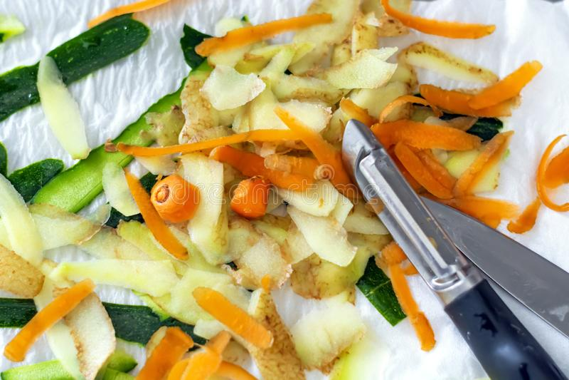 Gem?seschalen von den Karotten, von Kartoffeln und von Zucchini frisch abgezogen mit einem Sch?ler lizenzfreies stockbild