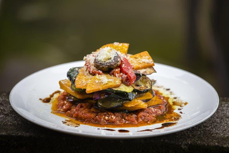 Gemüsestapel - Kürbis, Zucchini, roter spanischer Pfeffer, Aubergine und Pilz kochten in einer Tomate, in einer Zwiebel und in ei lizenzfreie stockfotografie